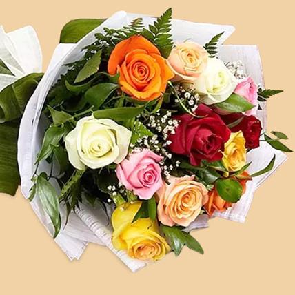 باقة مكونة من 12 وردة ملونة: