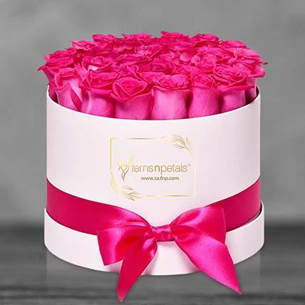30 وردة زهرية داكنة في صندوق دائري: زهور منسقة في صندوق