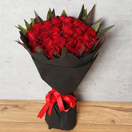 باقة مكونة من 50 وردة حمراء مع تغليف أسود: محل ورد مكة أون لاين