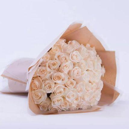 باقة زهور بيضاء مربوطة بشكل جميل: