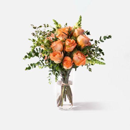 زهور التنين وبلومنج لون خوخي  في مزهرية: محل ورد جدة أون لاين