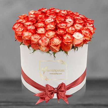باقة ورد أنيقة في صندوق أبيض: زهور منسقة في صندوق
