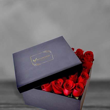 ورود حمراء في صندوق مربع أسود: Flowers In a Box Arrangements