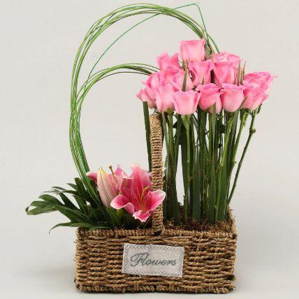تنسيق ورود وزهور زنبق في سلة قش: بوكيه ورد لعيد الأم أون لاين