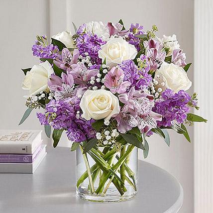 باقة ورد أبيض وبنفسجي على شكل هلال في مزهرية: هدايا هووسورمينغ جيدة أون لاين