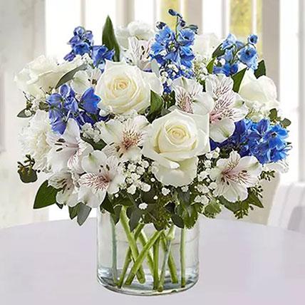 باقة ورد أبيض وأزرق ناصعة: هدايا يوم المعلم أون لاين