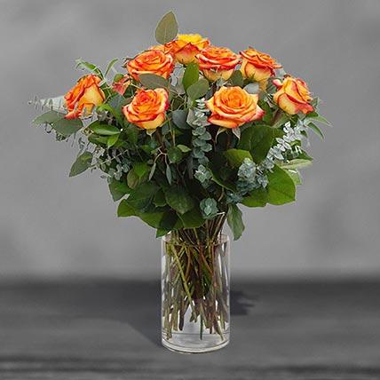 12 وردة برتقالية جميلة في مزهرية زجاجية