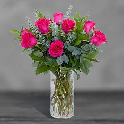 12 وردة زهرية مبهجة في مزهرية زجاجية
