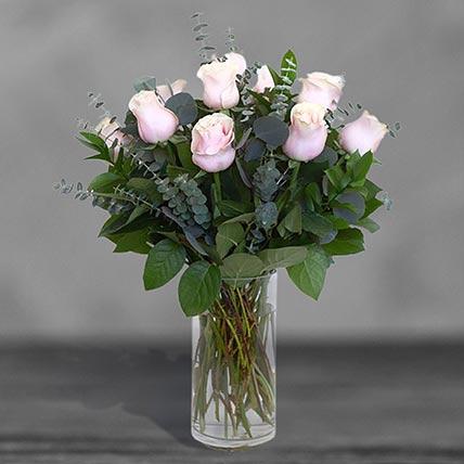 12 وردة زهرية رقيقة في مزهرية زجاجية