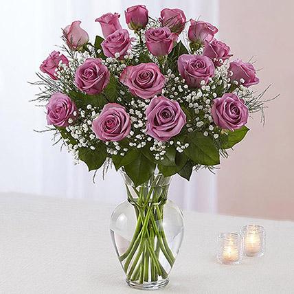 20 وردة بنفسجية فاتحة في مزهرية