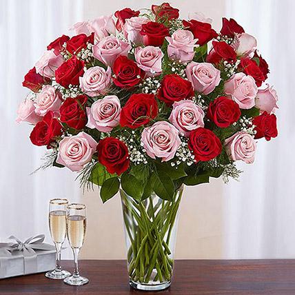 باقة مكونة من 50 وردة حمراء وزهرية في مزهرية زجاجية