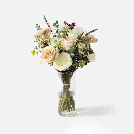 تشكيلة زهور مبهجة في مزهرية