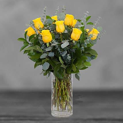 باقة من 12 وردة صفراء في مزهرية زجاجية
