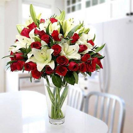 باقة مبهجة من لزنابق والورود