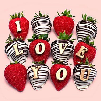 فراولة مغطاة بالشوكولاتة تعلوها كلمة أنا أحبك