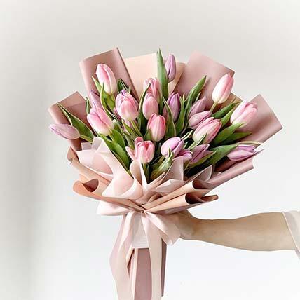 باقة جميلة من التوليب الوردي
