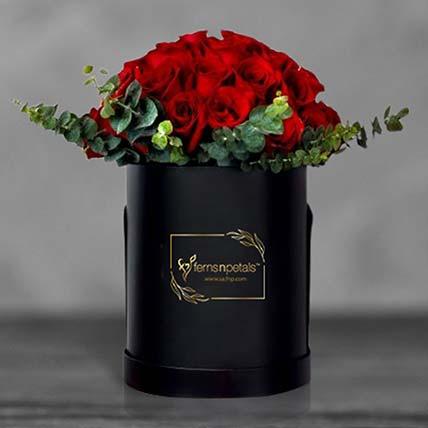 ورود حمراء في صندوق زهور دائري