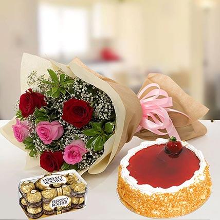 كعكة الفراولة مع الورد المشكل و الشوكولاتة