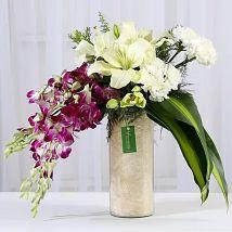 تنسيق زهور الأوركيد والقرنفل في مزهرية